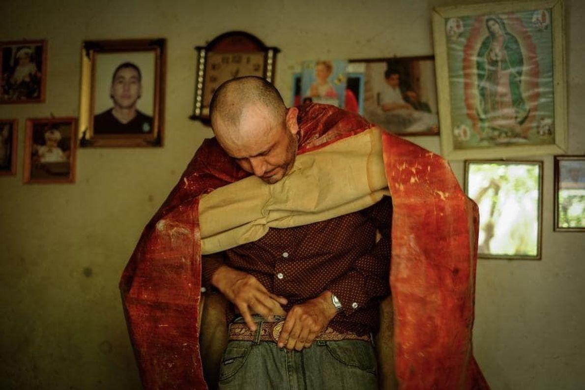 El bailarín Ignacio Reynoso Jiménez se pone su atuendo de tastuán. Elementos indígenas aparecen en la …