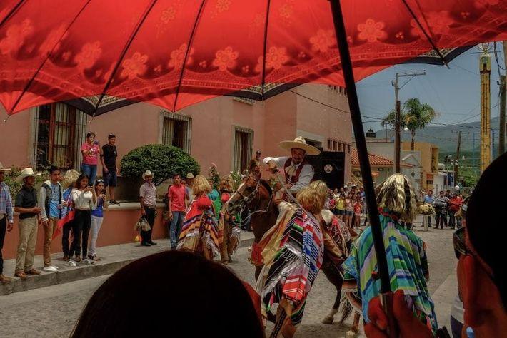 Tras la misa del 25 de julio, la celebración se desplaza al corredero, donde los tastuanes ...