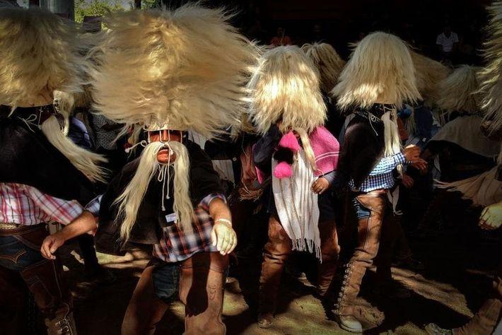 """Tastuanes en Juchipila, Zacatecas, dando vueltas mientras bailan. """"Cuando el icono de Santo Santiago sale de ..."""
