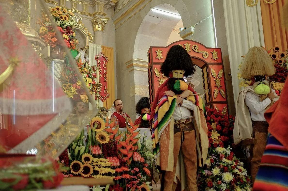 Los tastuanes escoltan el ídolo de Santo Santiago desde la iglesia de Moyahua. La datación por …