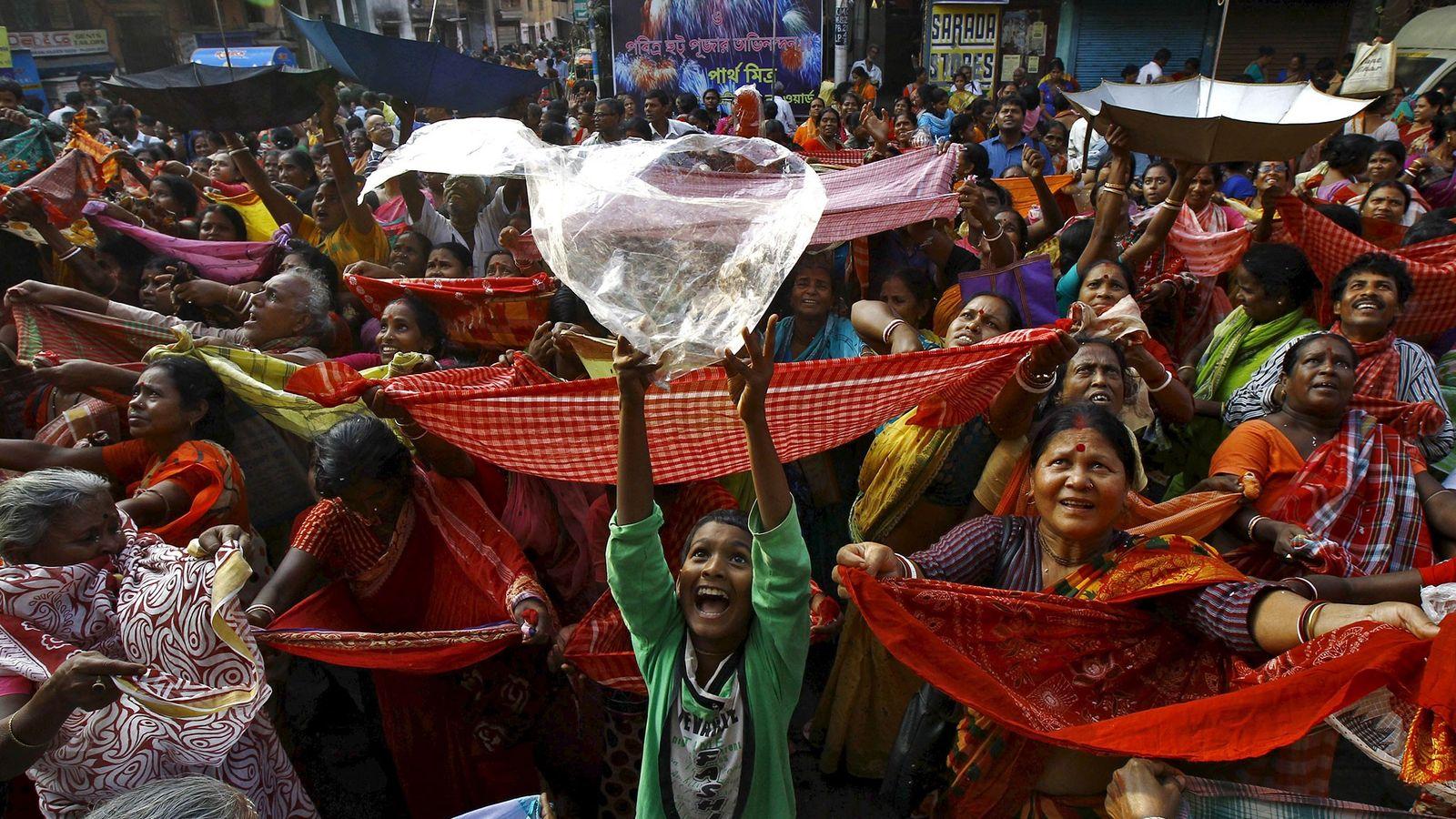 Un niño sostiene una bolsa de plástico para recibir el arroz que la autoridad del templo ...