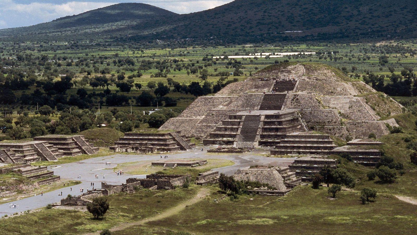 El antiguo sitio arqueológico de Teotihuacán se encuentra a 45 minutos al noreste de la Ciudad ...