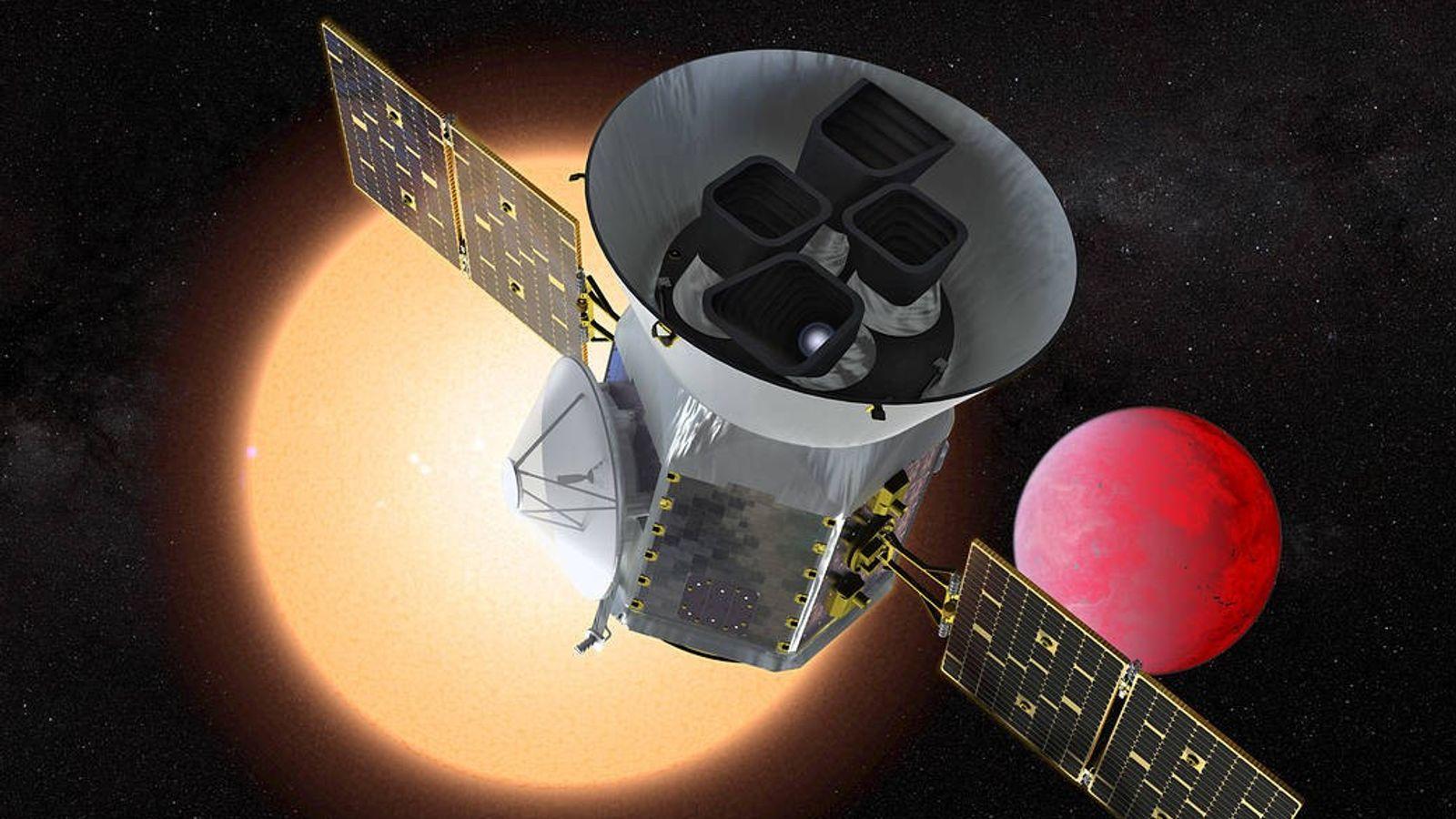 En esta ilustración, el Satélite de Sondeo de Exoplanetas en Tránsito (TESS, por su sigla en ...