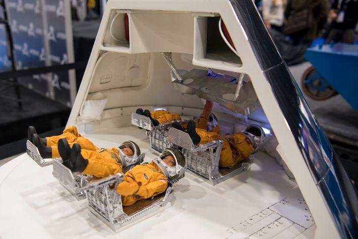Un modelo de la nave espacial Orion, construida para llevar humanos a la luna, en exhibición ...