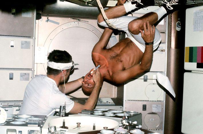 """El astronauta de la NASA Charles """"Pete"""" Conrad, comandante de la misión Skylab 2, se somete ..."""