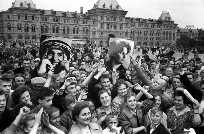 La gente celebra en la Plaza Roja cuando Vostok 5 y Vostok 6 orbitan la Tierra ...