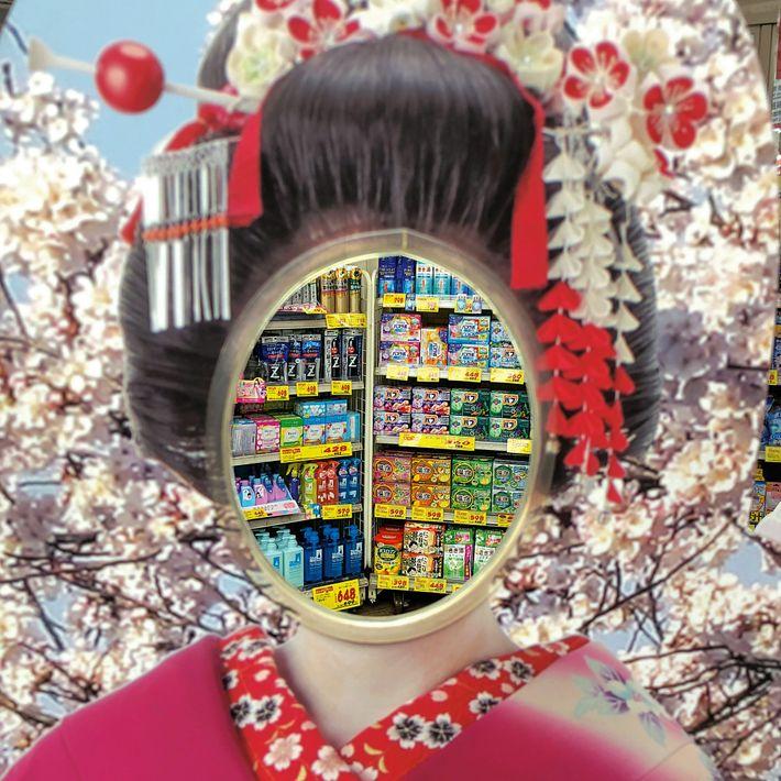 Frente a una tienda de Tokio, una figura para fotografías de una aprendiz de geisha con ...
