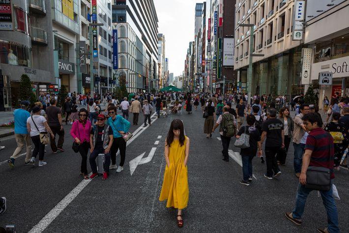 Peatones, compradores y viandantes pasean por Chuo-dori en Ginza, uno de los destinos más abarrotados de ...
