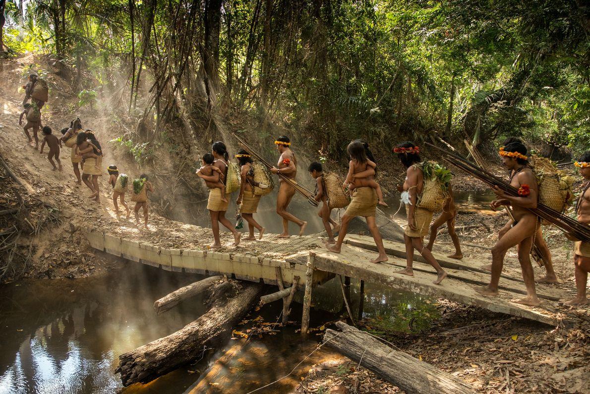 Cinco familias Awá de Posto Awá, una aldea creada por la oficina de asuntos indígenas del ...