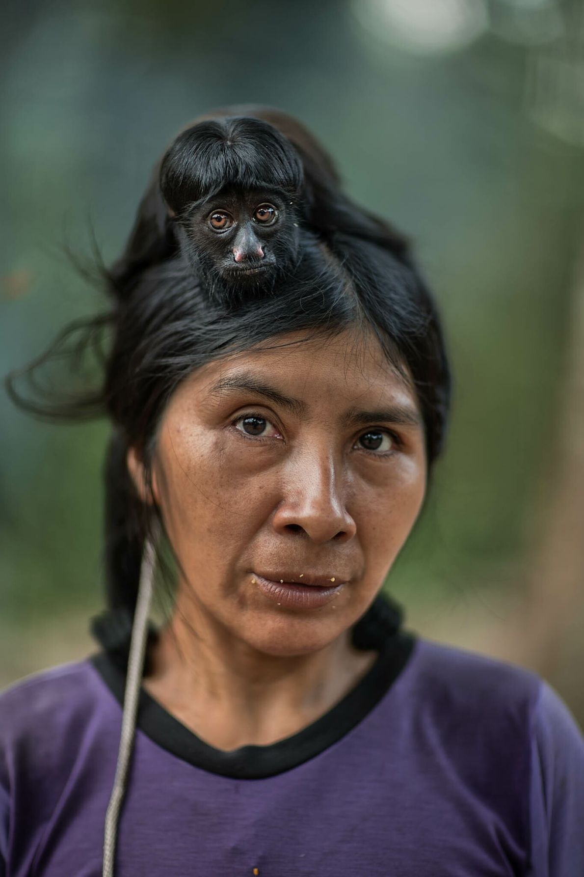 Ayrua, con su mascota saki, fue contactada por agentes de asuntos indígenas en 1989. Los awá ...