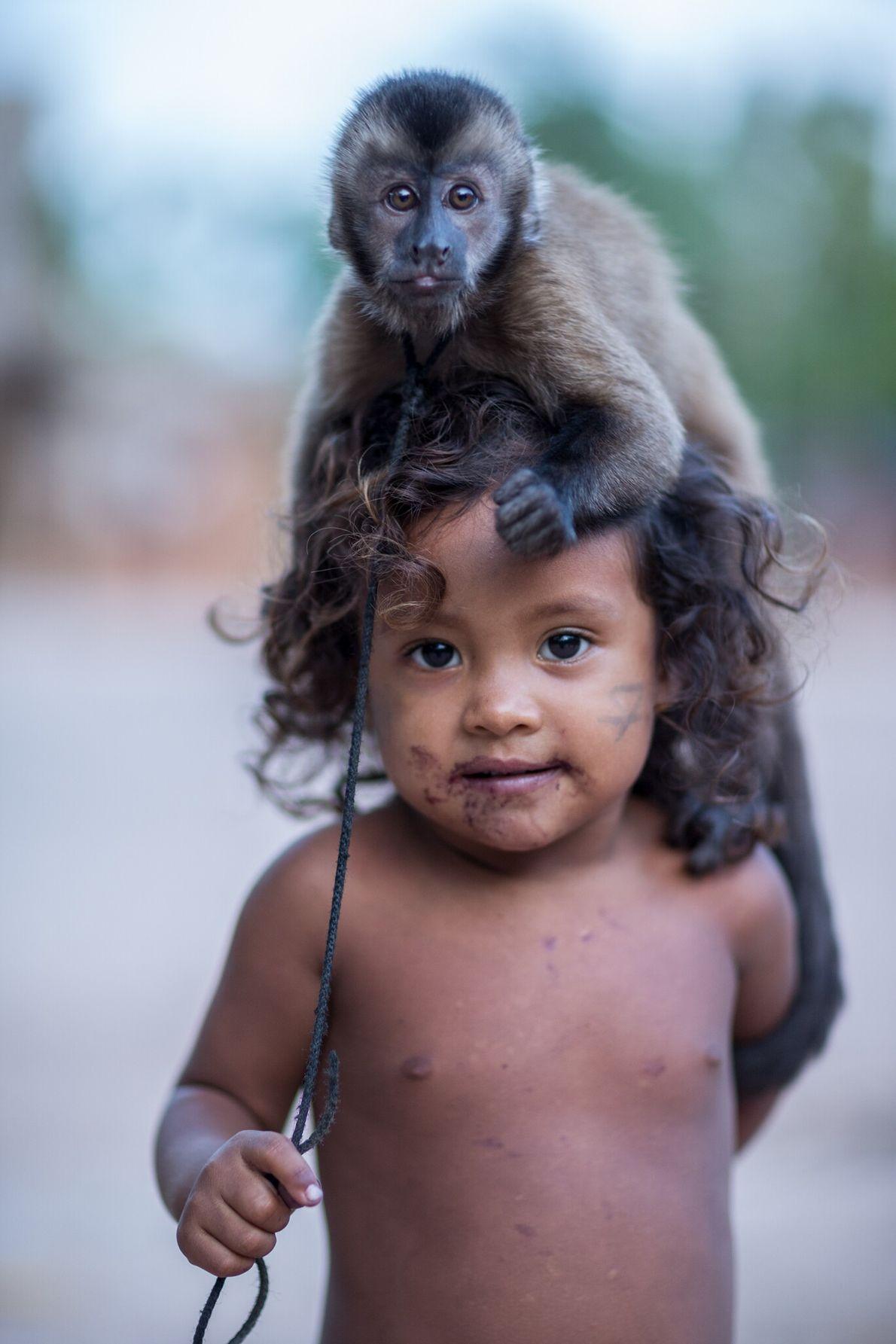 Gazielly posa con un capuchino marrón de Guyana, la mascota de la familia. Vive en la comunidad ...