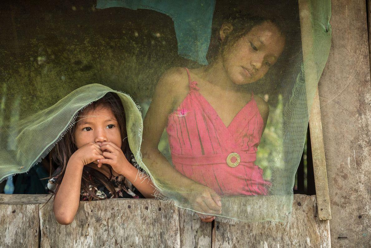 Estas dos niñas huni kuin viven en la remota comunidad de Curanjillo, cuyas fincas a veces ...