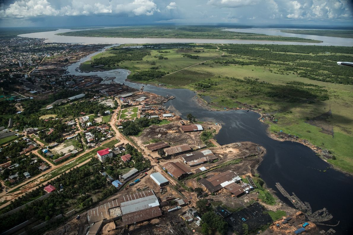 La ciudad de Pucallpa, en el río Ucayali, es el centro de la industria maderera en ...