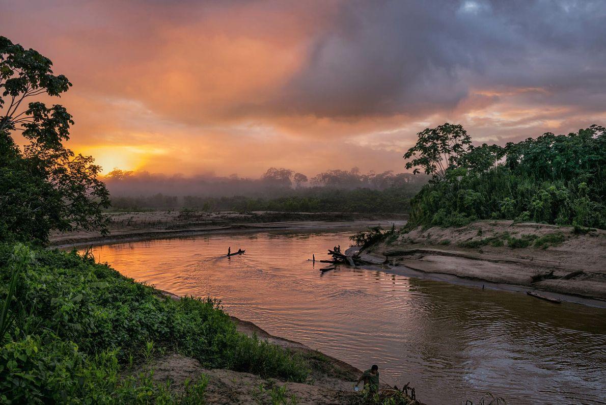 El río Yurúa fluye cerca de la frontera entre Perú y Brasil. La tala ilegal en los ...