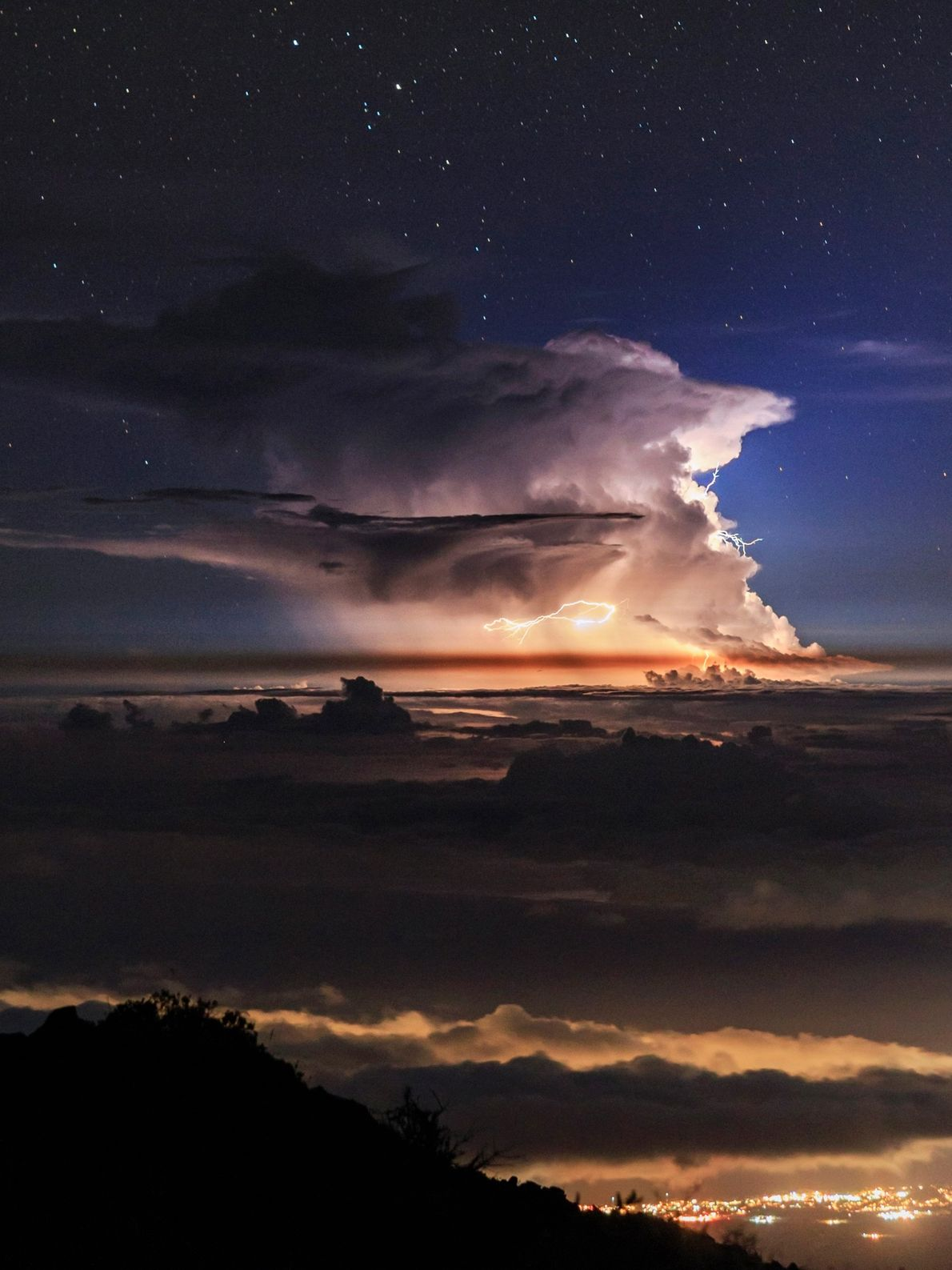 Una tormenta eléctrica, vista desde la cima del Haleakala en la isla hawaiana de Maui, se ...