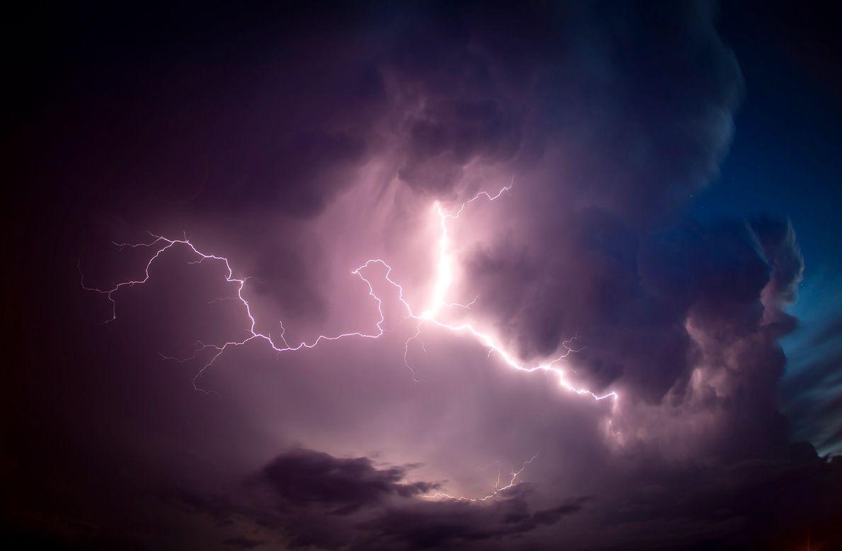 Una tormenta eléctrica ilumina el cielo de Córdoba, Argentina.
