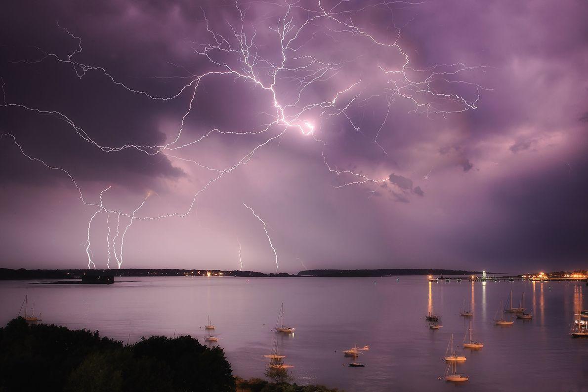 Los rayos caen en la bahía Casco, en la costa de Portland, Maine.