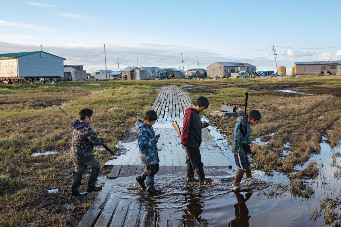 La aldea de Newtok, de 380 habitantes, se hunde conforme el permafrost subyacente se derrite. Mientras ...
