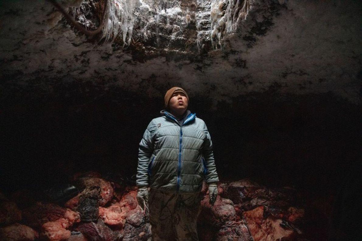 Josiah Olemaun, un joven cazador de ballenas inupiaq en Utqiaġvik (Barrow), Alaska, se toma un respiro ...