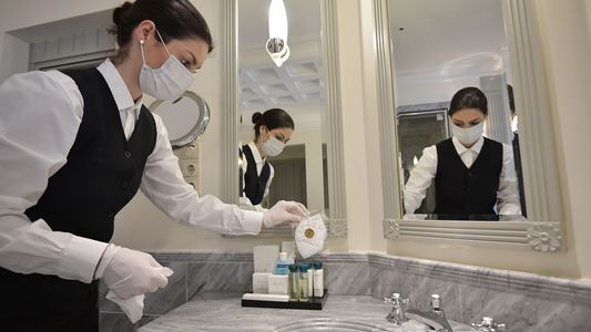 Los riesgos de contraer COVID-19 en los baños públicos