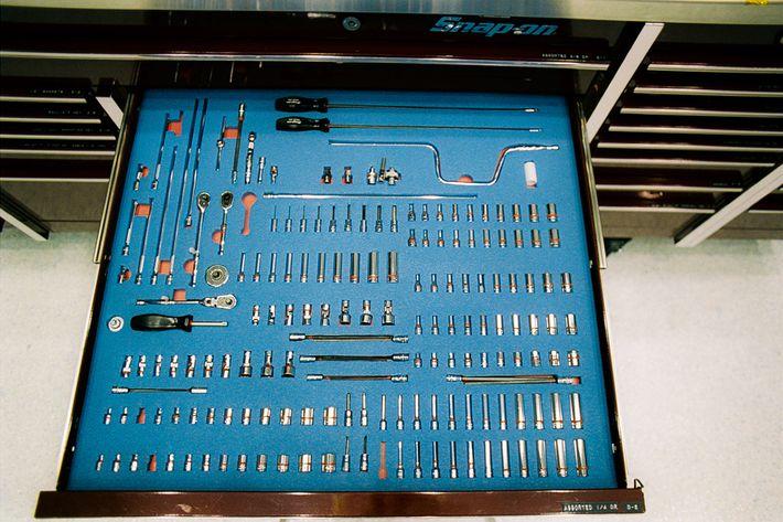 Estas delicadas herramientas y brocas se utilizaron para ensamblar New Horizons en 2005 en el Centro ...