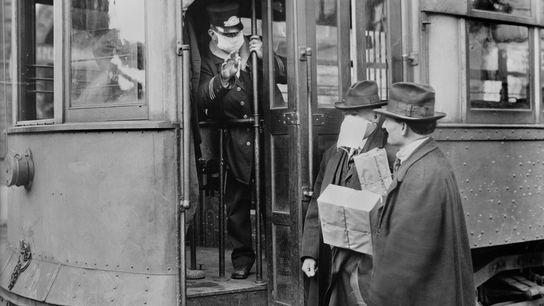 Para frenar la propagación de la pandemia de influenza de 1918, todos los pasajeros de tranvías ...