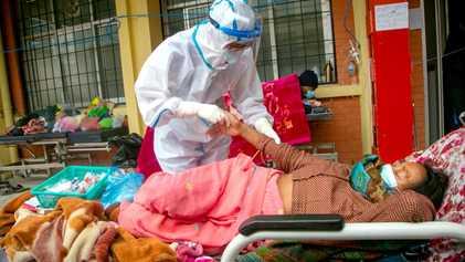 """La COVID-19 arrasa en Nepal: """"Todas las salas de emergencia están llenas"""""""