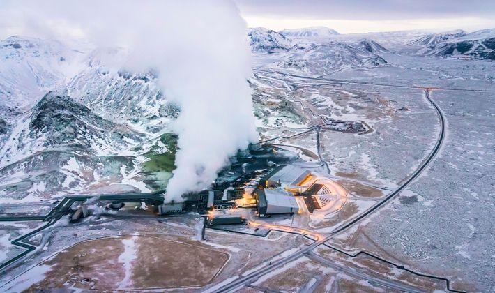 En una instalación de captura de carbono en Hellisheidi, Islandia, el gas se mezcla con el ...