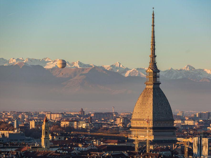 En Turín, un globo aerostático se eleva a la altura del Mole Antonelliana, antiguamente, el edificio ...