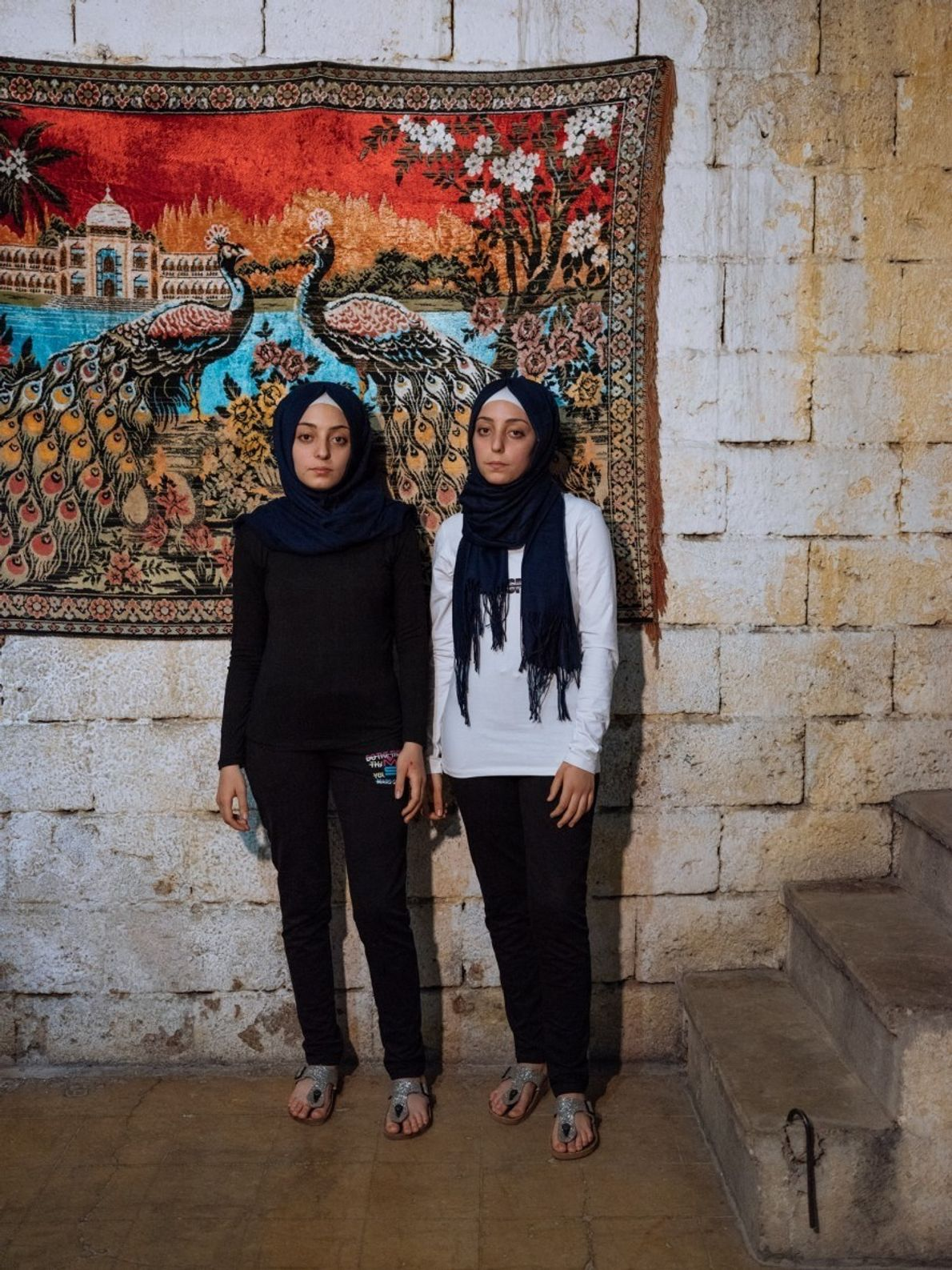 Las gemelas de 14 años Sidra (izq.) y Shahed recuerdan las bombas de barril en Alepo, ...