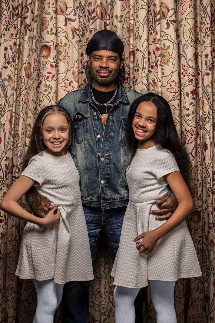 Michael Biggs ve en sus hijas gemelas un claro parecido familiar, Marcia (a la izquierda) y ...