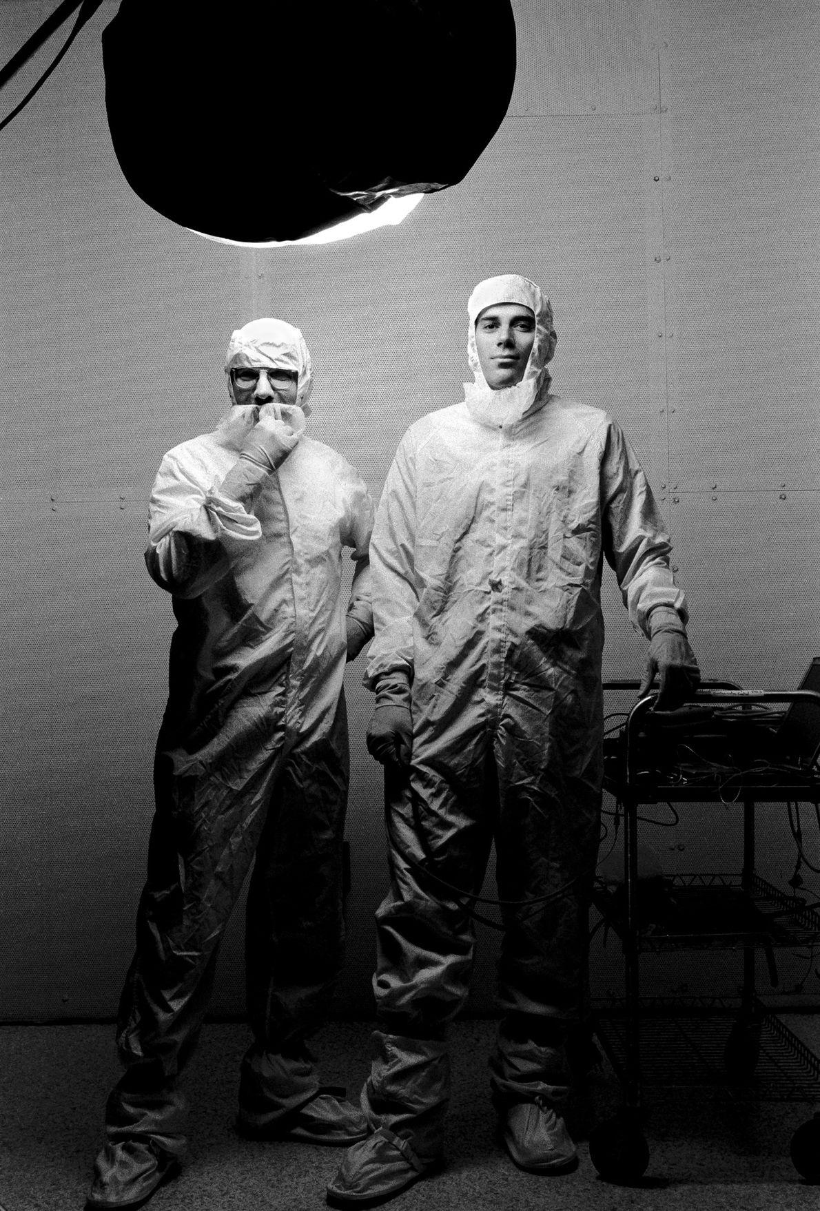 Uno Carlson (izquierda) y Geffrey Ottman trabajaron en la nave espacial New Horizons como ingenieros de ...