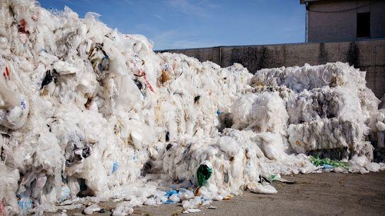 Bolsas plásticas de Walmart encontradas por todo Estados Unidos esperan ser procesadas en un establecimiento que ...