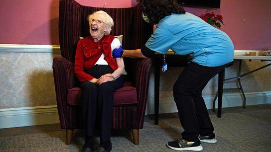 Ellen Prosser, de cien años, conocida como Nell, recibe la vacuna contra COVID-19 Oxford-AstraZeneca en el ...