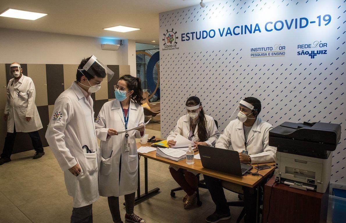 En Brasil, la fase final de los estudios clínicos del candidato a la vacuna ChAdOx1, desarrollado ...