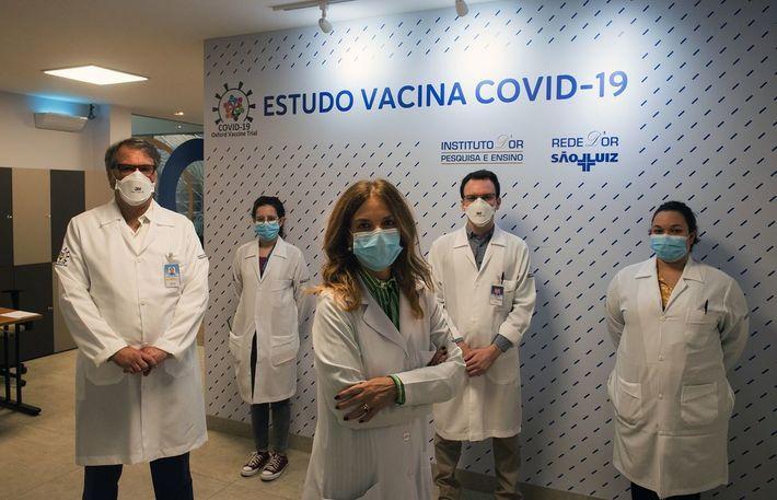 La doctora Sue Ann Costa Clemens (en la foto frente al equipo) coordina hoy las pruebas ...
