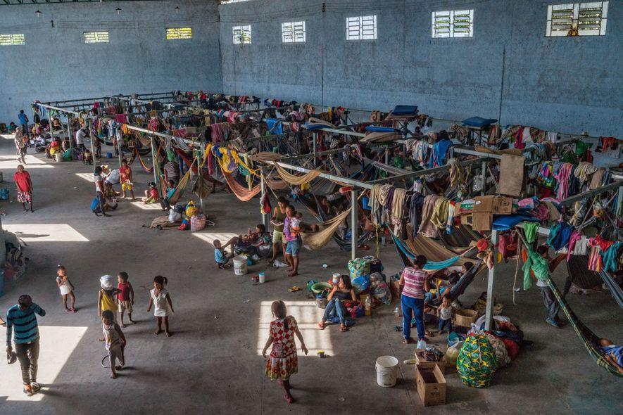 En Pacaraima, Brasil, unos 500 miembros de la tribu Warao viven en un refugio de concreto ...