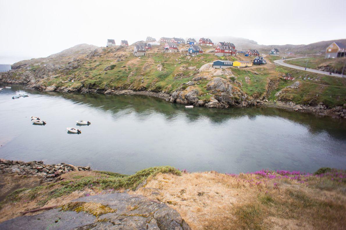 Viviendas coloridas de inspiración escandinava en la costa de una comunidad en el sureste de Groenlandia.
