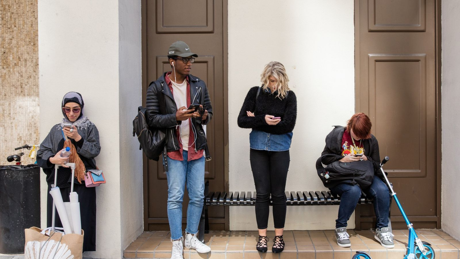 Estudiantes esperan frente a la Academy of Art en San Francisco.