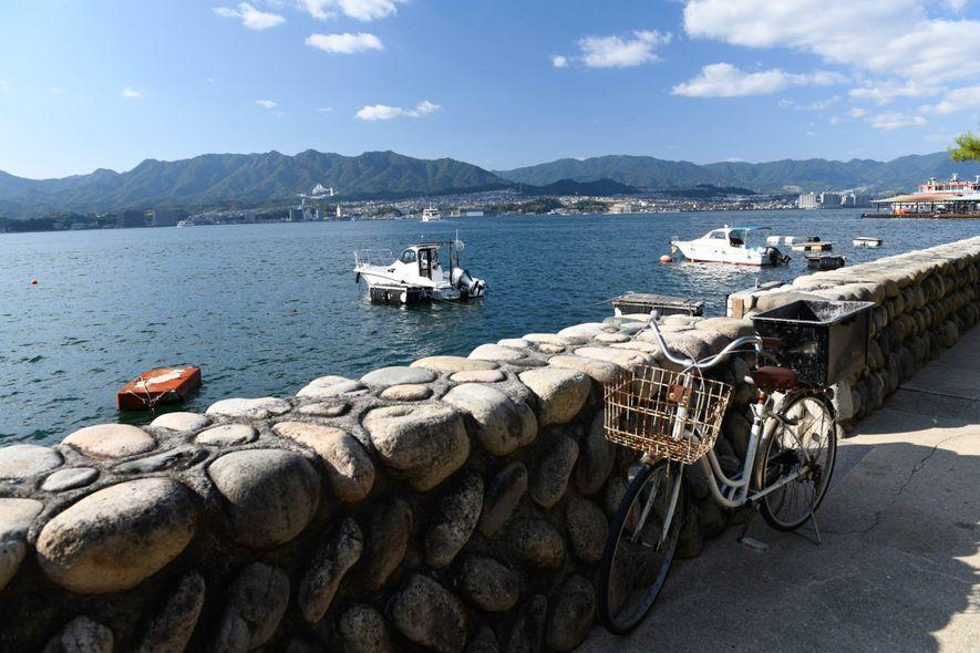 Desde una calle de Miyajima se pueden verlas aguas tranquilas.