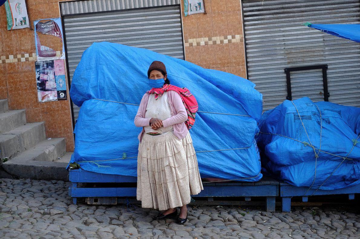 """""""Rosa, una campesina boliviana, transporta sus productos del campo a la ciudad de La Paz, en ..."""