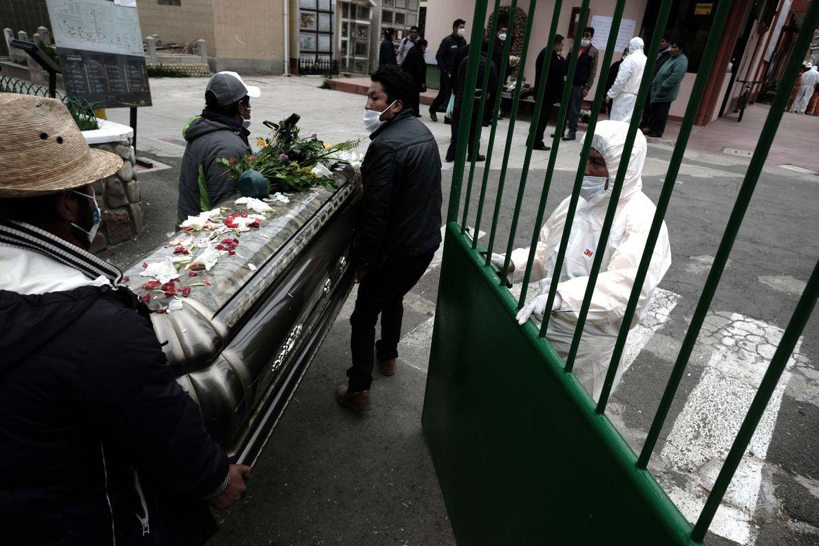 Las personas que murieron los días de cuarentena no pueden ser acompañadas por sus familiares en ...