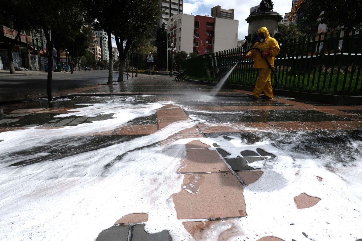 Personal del servicio de recolección de basura lava las calles del centro de la ciudad de ...