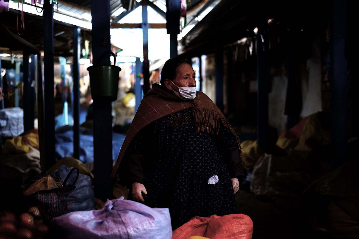 Vendedora de un mercado popular se muestra afectada por la falta de compradores. Durante la cuarentena ...