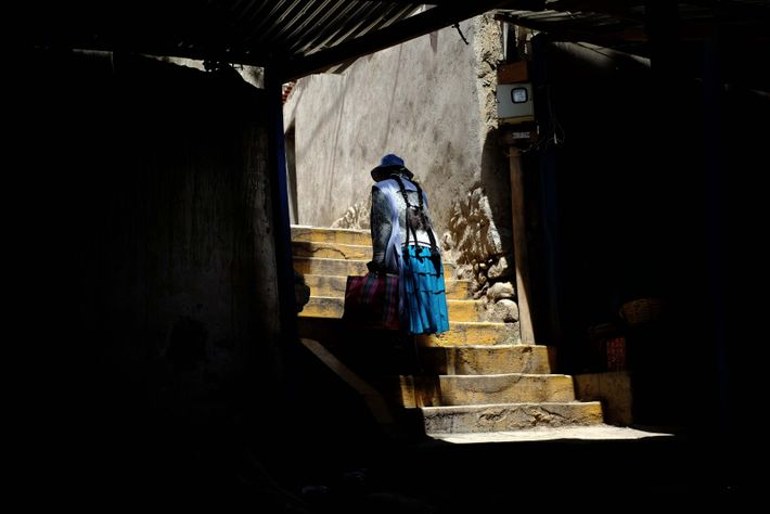 Calle de una villa de la ciudad de La Paz, con poca circulación por la cuarentena. ...