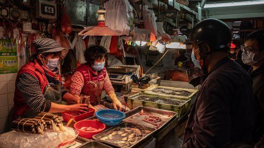 Los mercados húmedos, como este en Macau, se encuentran en todo Asia y venden vegetales, frutas, ...
