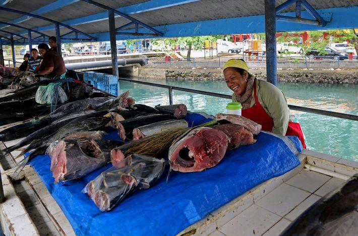 Una lugareña vende pescado en un mercado en Suva, Fiji, la capital del país. Mediante su ...
