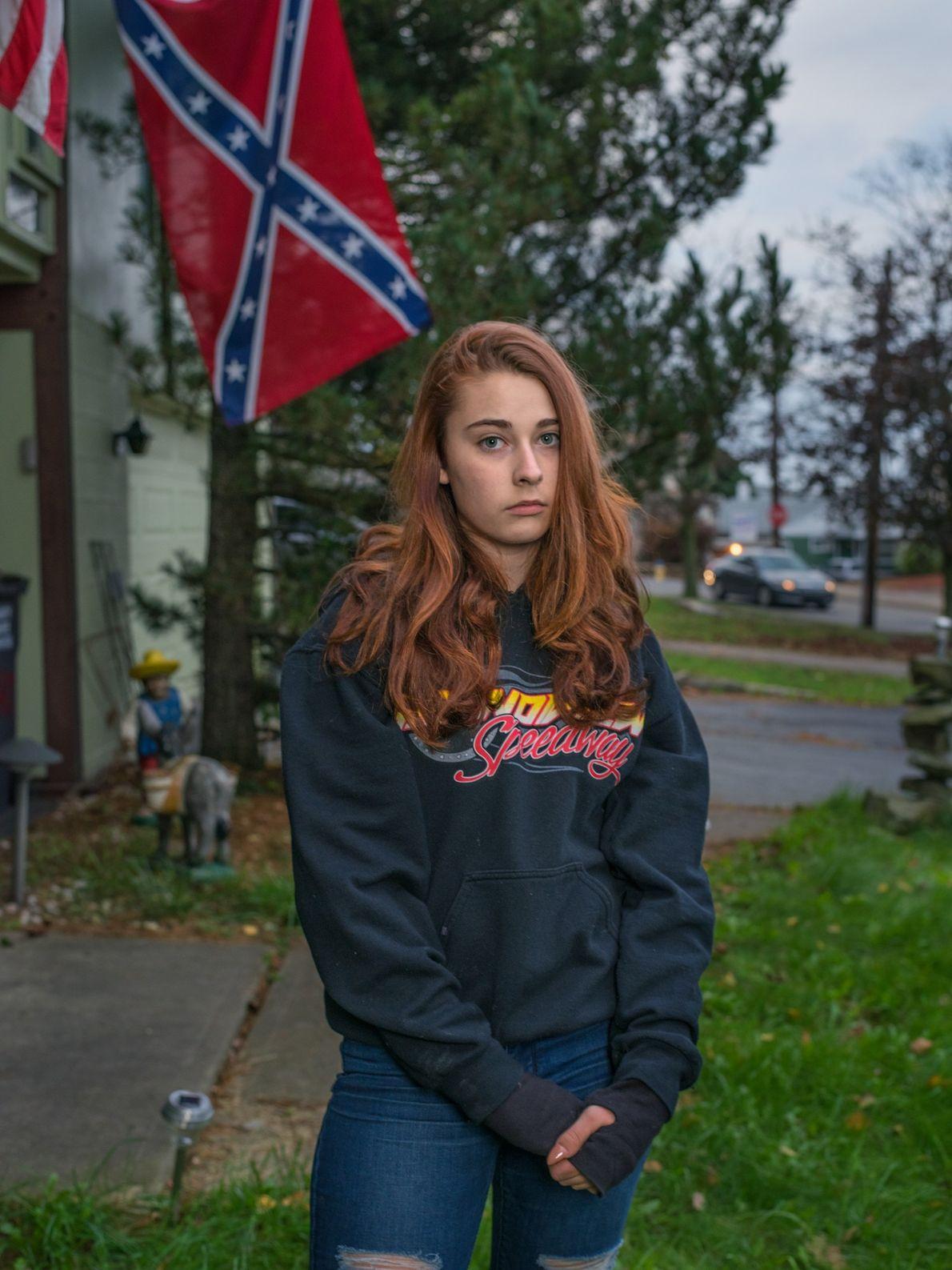 Felyssa Ricco afuera de su casa en Hazleton, Pennsylvania, donde vive con su madre y su ...