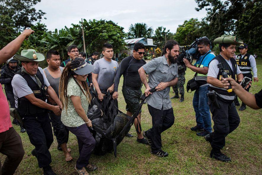 Los oficiales y los veterinarios suben a un manatí al barco que espera. El manatí se mantenía en un estanque para que los turistas lo alimentaran y fotografiaran.