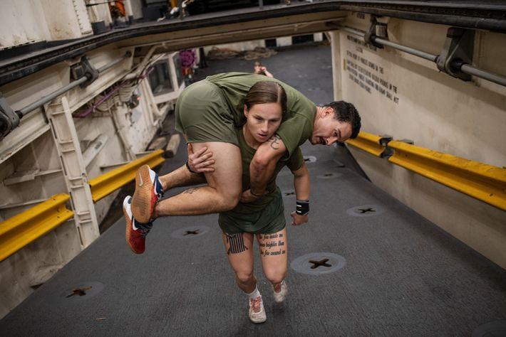 Los marines deben ser capaces de transportar a otros si es necesario. La cabo de la ...